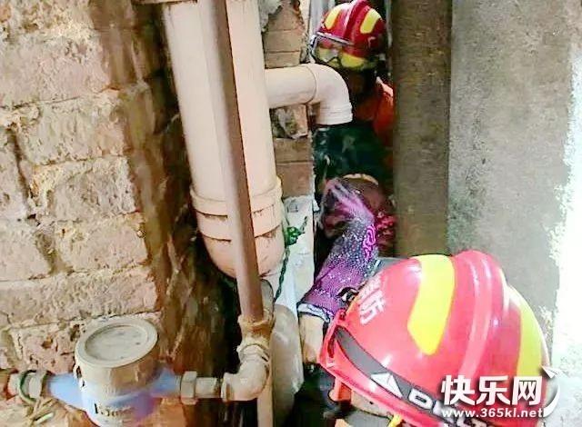 七旬老人被卡墙缝 消防爬墙救出