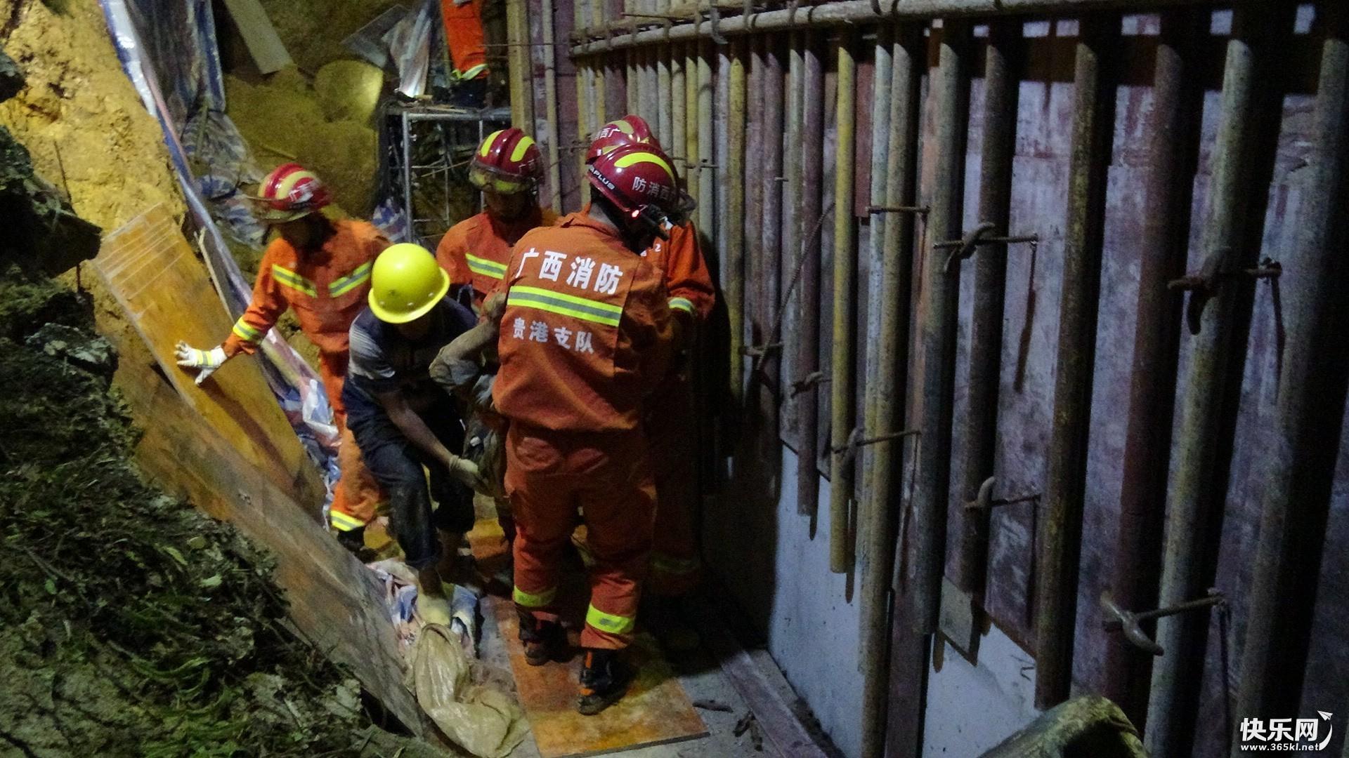 一工地塌方致一人被困 消防员成功救出