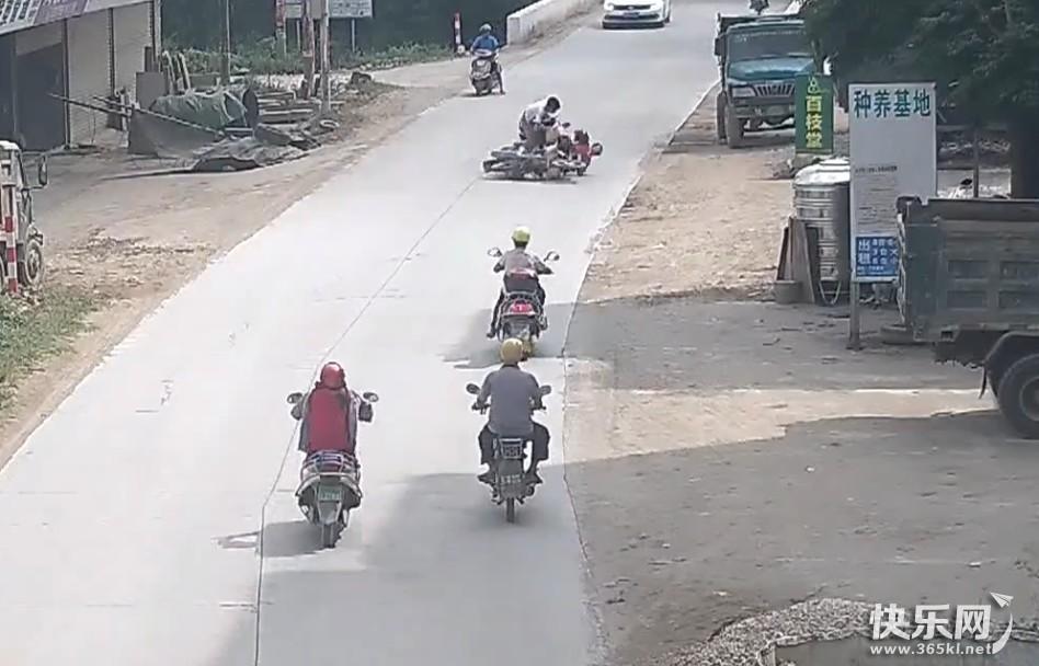 事发平南,一摩托车超速造成二车相撞 ,现场一片狼藉