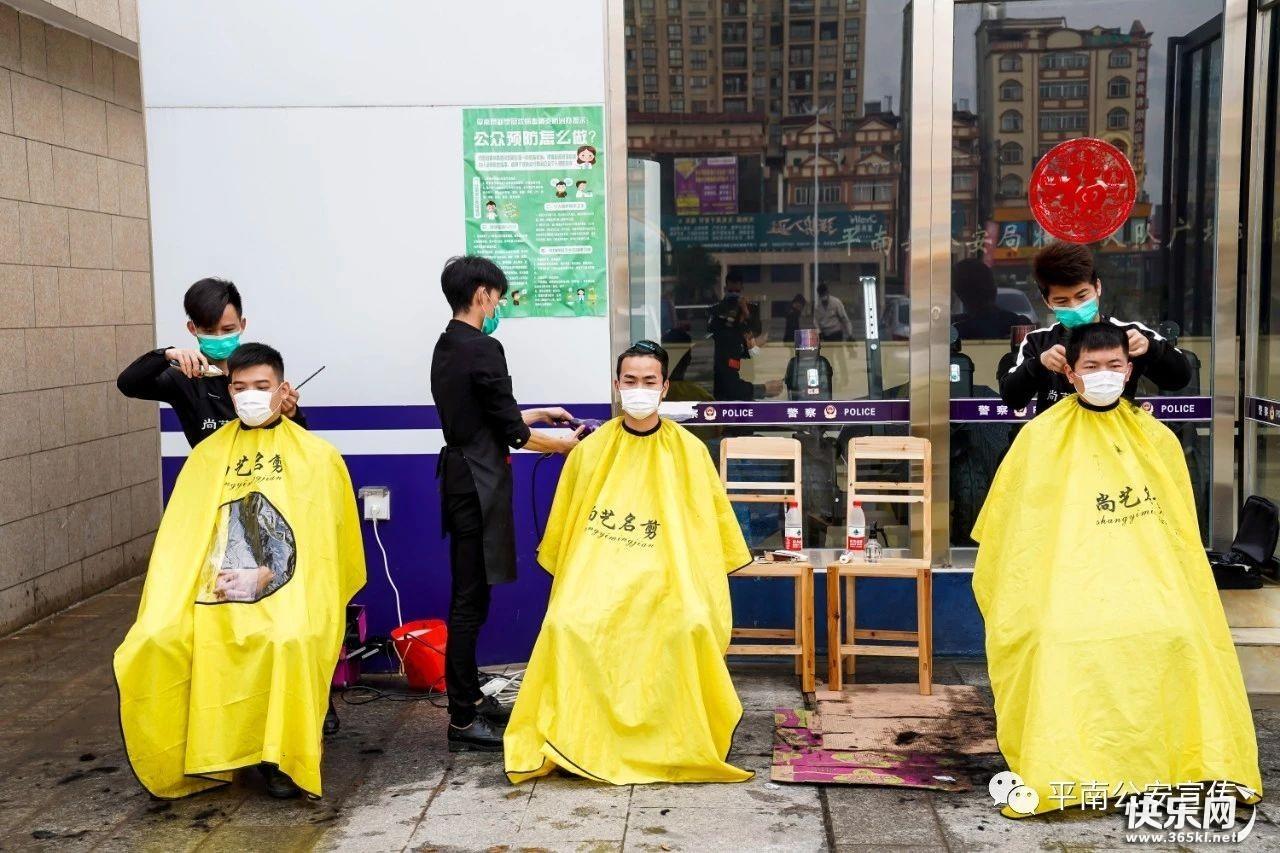 """暖心!三名理发师上门为贵港防""""疫""""民警义务理发"""
