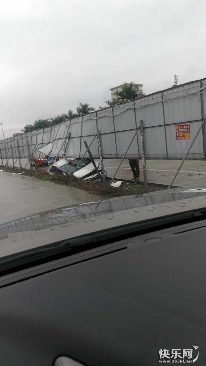 贵港东收费站附近发生车祸