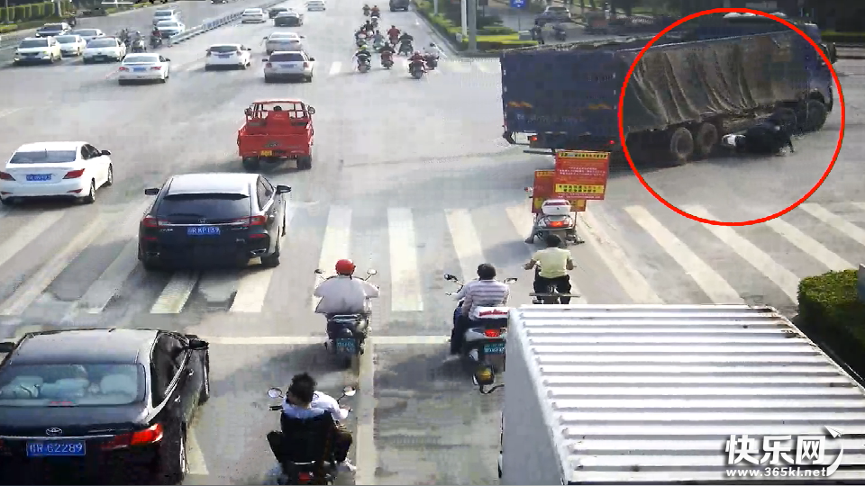 惊险!贵港一大货车转弯撞到人,电车车主差点被卷入车底!
