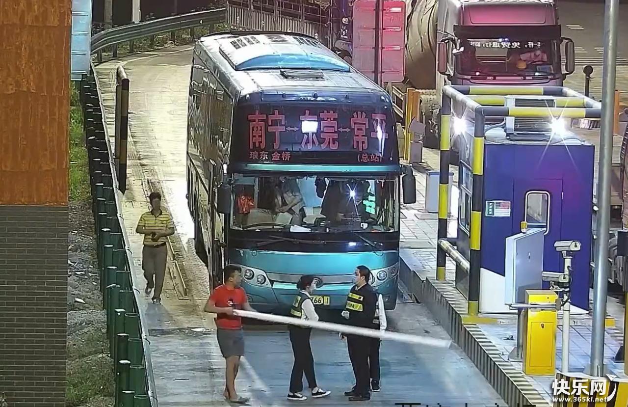 暴力硬拆覃塘站收费杆,这位客车司机简直无法无天!