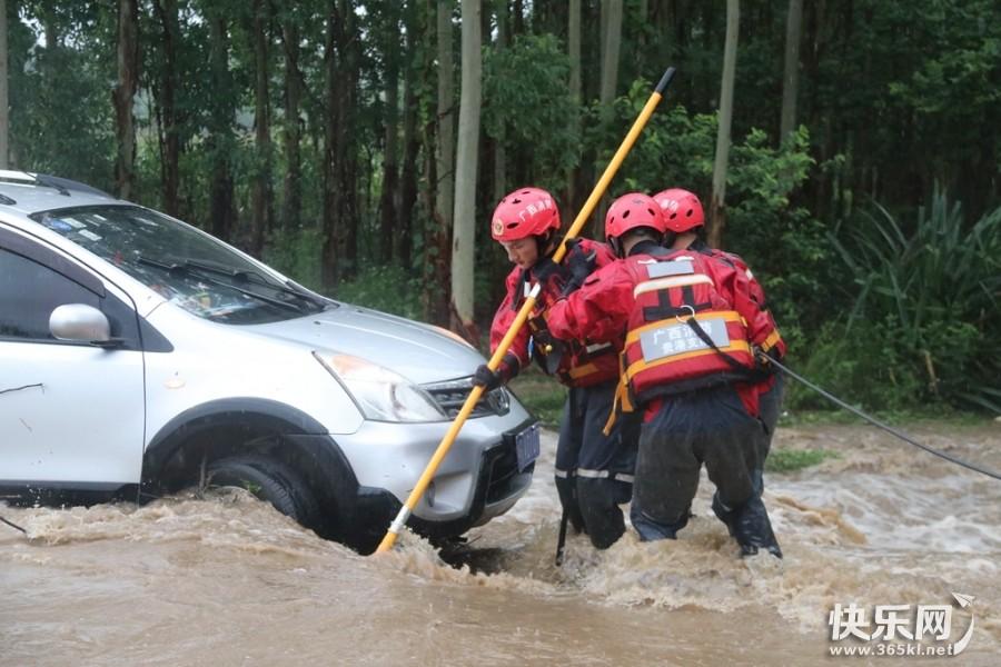暴雨洪流致人车被困,好样的,bob体育在线注册 消防员涉险救人