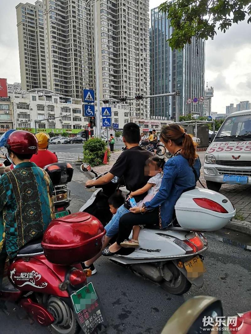 一家四口共乘一部摩托车,好温馨有爱啊!