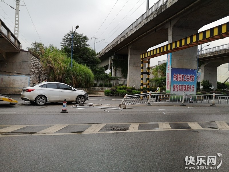 可怕!仙衣路西站路口的铁路桥下一辆白色轿车横扫护栏