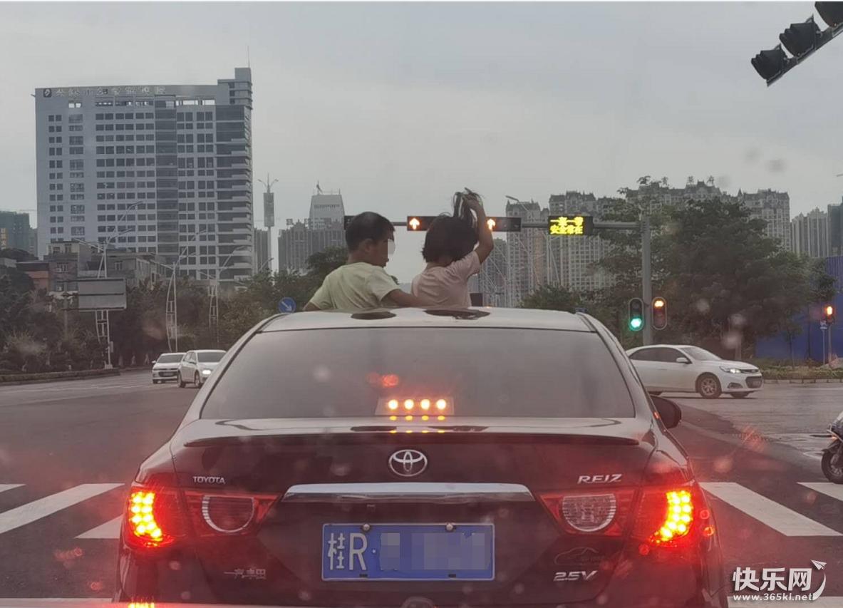 危险!两小孩坐小车天窗上嬉戏