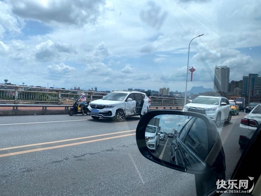 开飞机?西江大桥上有辆白色车被撞得轮子都出来了